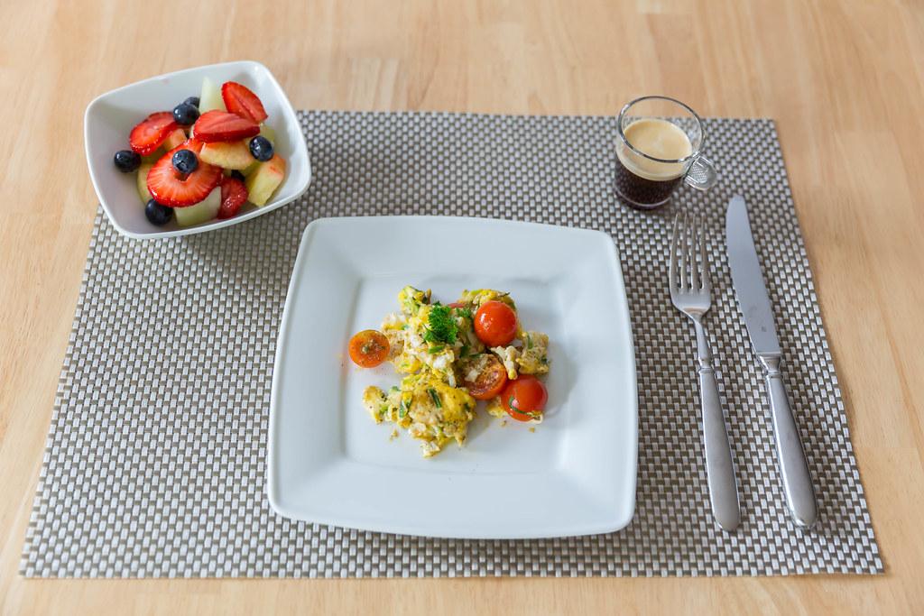 Frühstück: Rührei, Obstsalat und Espresso