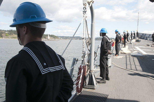 Sailors aboard USS FORD (FFG54) man the rails upon arrival to Esquimalt, Canada