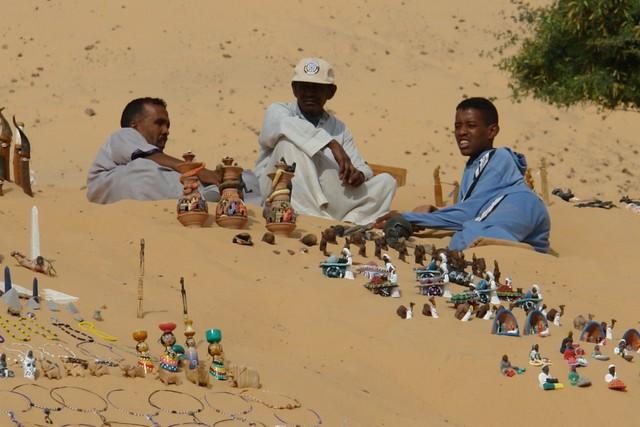 Vendedores ambulantes en la pequeña playa del rio Nilo, donde venden sus artesanías y objetos. pueblo nubio de aswan - 8731582011 cb7c0633b8 z - Pueblo Nubio de Aswan, Restos de aquella antigua cultura