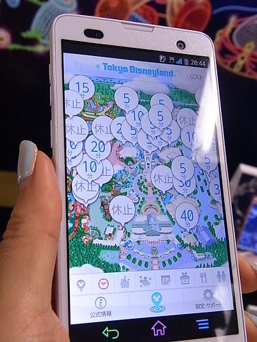 Disney Mobile on docomo F-07E ディズニーランドの待ち時間がわかるアプリ