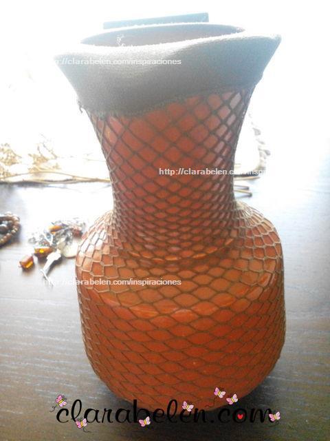 Organizar pendientes con un viejo jarrón de los setenta y unas medias de rejilla