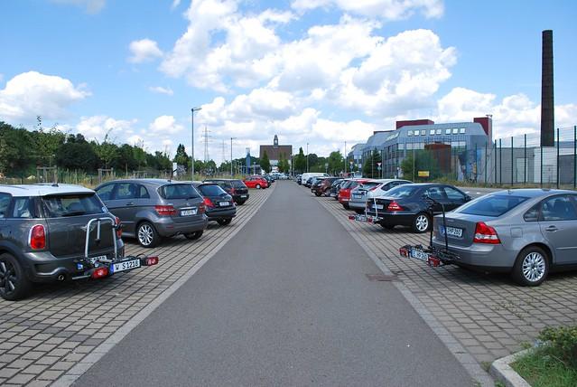 Hier stehen auffällig viele Fahrradtrailer rum ...