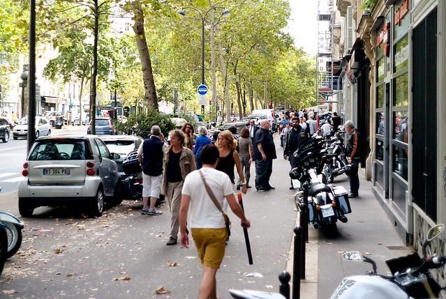 ボーマルシェ大通りはバイク屋がならぶ。