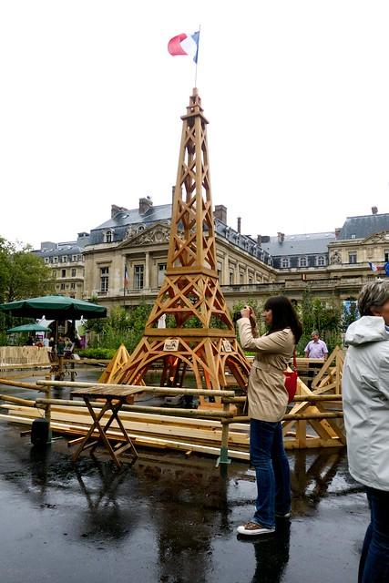Palais Royal - Musée du Louvre駅前で「木と森」の展示をやってた。