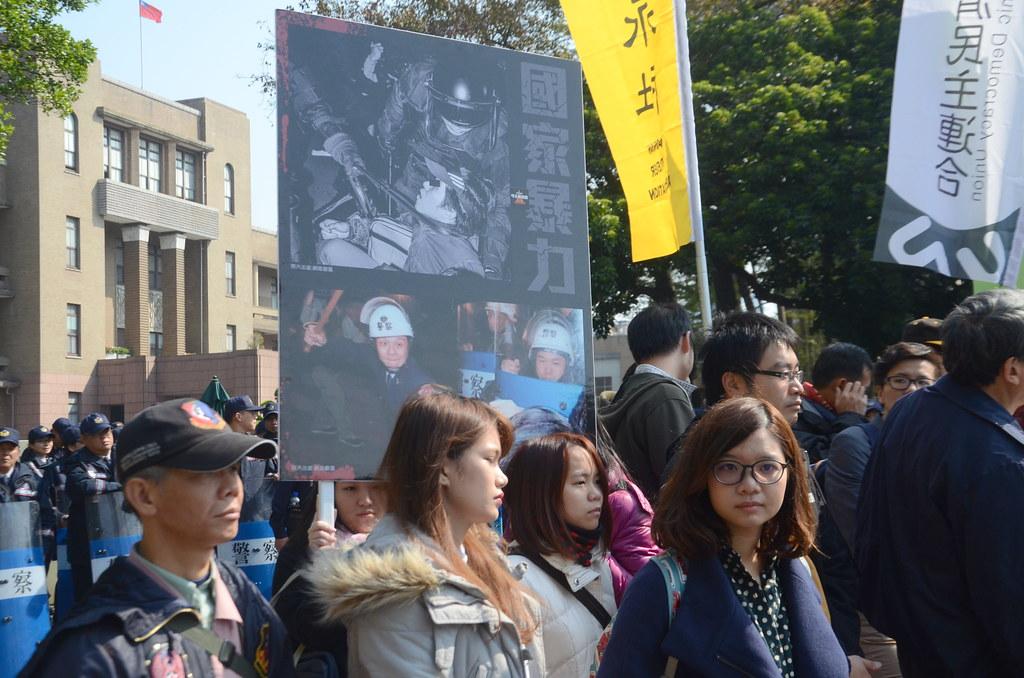 被起訴者要求追究去年3月發生在行政院的暴力驅離事件。(攝影:宋小海)