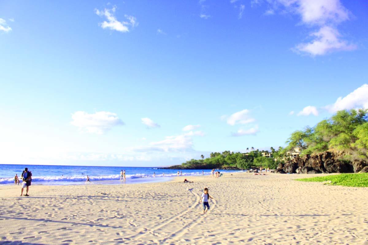 ハプナビーチの白い砂浜