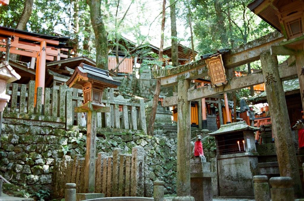伏見稻荷 京都 Kyoto, Japan / Kodak ColorPlus / Nikon FM2 開始挑戰走稻荷山,還好一路上都包圍在樹林裡。  這應該是祖先住的地方吧,但吸引我注意的是稻荷神狐狸的雕像,這裡有很多!  Nikon FM2 Nikon AI AF Nikkor 35mm F/2D Kodak ColorPlus ISO200 0993-0006 2015/09/29 Photo by Toomore