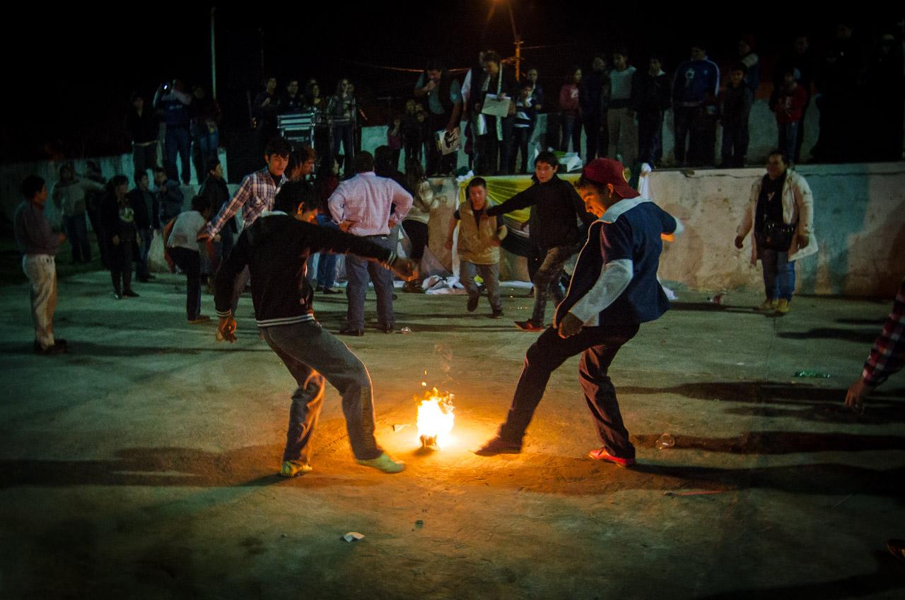 Jóvenes y niños se divierten con la tradicional pelota tata en la fiesta de San Juan que se realizó el pasado 25 de junio en la ciudad de San Juan, departamento de Misiones. (Elton Núñez)