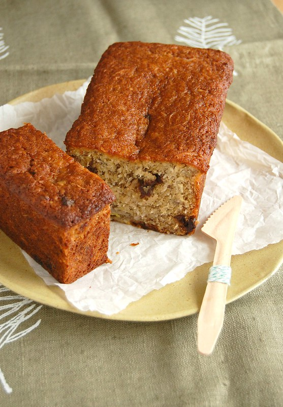 Coconut and cherry banana bread / Bolo de banana, coco e cerejas secas