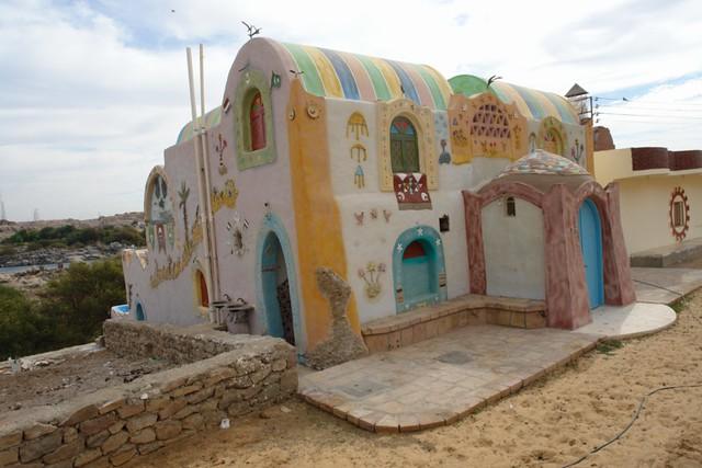 Pintoresca y colorida casa típica Nubia en la calle principal del Poblado. pueblo nubio de aswan - 8732701890 b17bebbbcc z - Pueblo Nubio de Aswan, Restos de aquella antigua cultura
