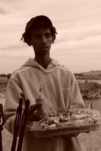 Vendedor ambulante a la llegada al poblado pueblo nubio de aswan - 8732701996 758322c7e5 - Pueblo Nubio de Aswan, Restos de aquella antigua cultura