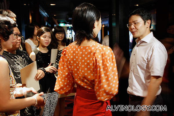 Minister Lawrence Wong interacting with the winning bloggers