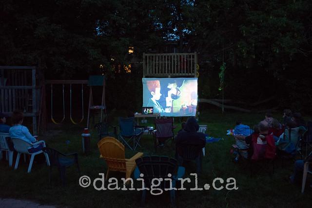 家庭在后院看电影的室外照片