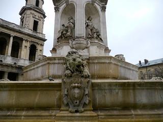 Paris: place Saint Sulpice, le lion et deux des 4 évêques de la fontaine.