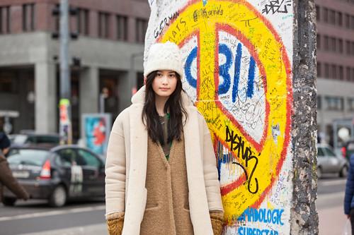 500橋本愛⑬ポツダム広場・ベルリン壁前