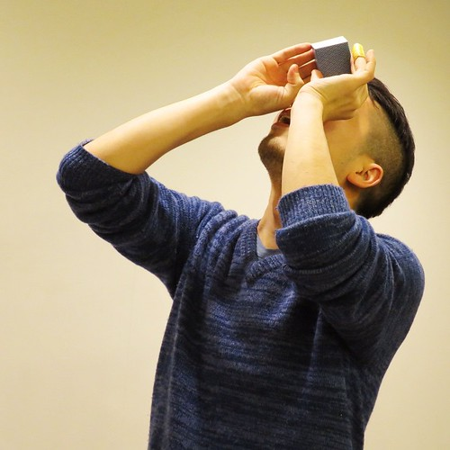 万華鏡のキューブ作品を覗く、メイカーズベースの松田さん。
