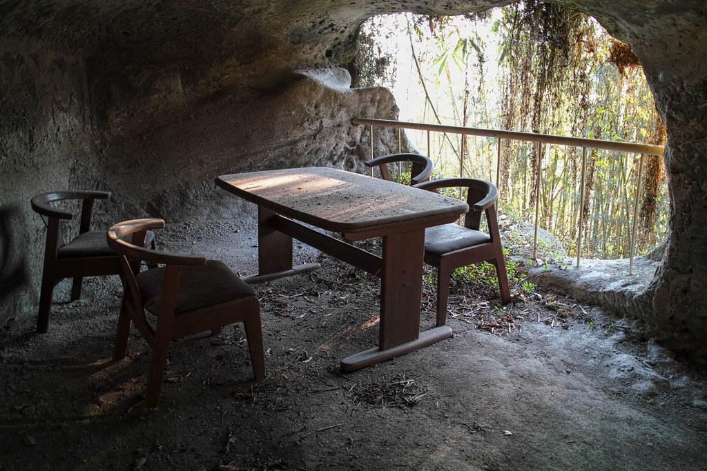 何故か洞窟内にテーブルが置かれてる