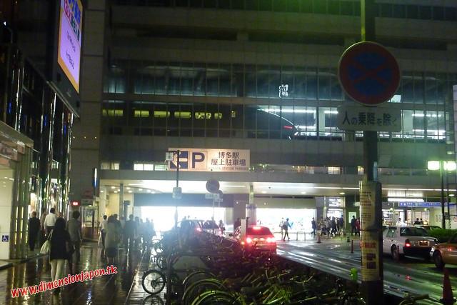 P1060648 Shinkansen en la planta de arriba, Zona de la estacion de Hakata (Fukuoka) 13-07-2010