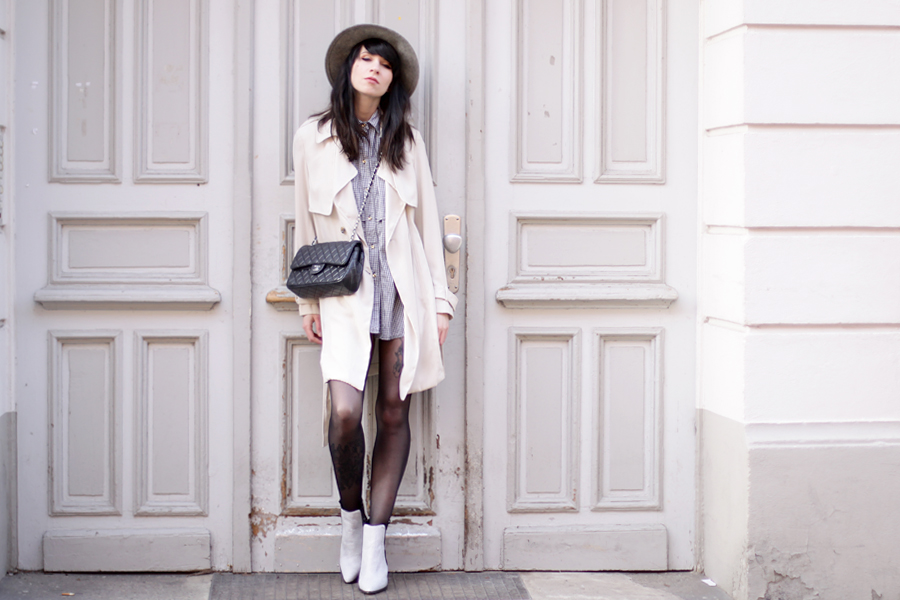 outfit grey hat trenchcoat white boots chanel bag parisian chic bright look ootd spring happy cute brunette ricarda schernus blog fashionblog modeblogger berlin 3