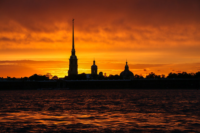 Amazing sunset view from the Neva River, Saint Petersburg, Russia サンクトペテルブルク、ネヴァ川で見た燃えるような夕焼け