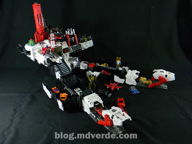 Transformers Metroplex - Generations Titan SDCC Exclusive - modo base vs Minibots