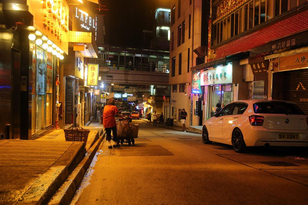 Hong Kong / Sigma 35mm / Canon 6D 晚上從蘭桂坊附近走走等酒退,在路上都可以看到收回收的老人。  沒有刻意要拍,只是覺得還是要中立的把看到的景象記錄下來。  Canon 6D Sigma 35mm F1.4 DG HSM Art IMG_1384.JPG Photo by Toomore