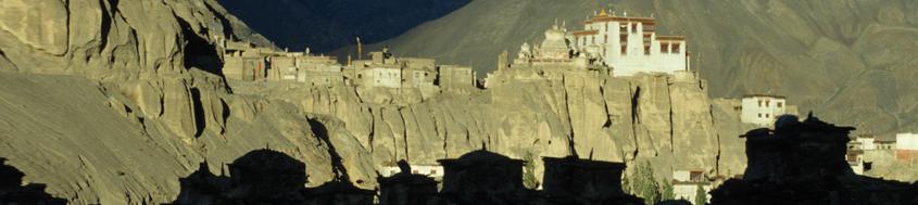 Indien, Trekking in Ladakh mit Nubra Valley. In die Gebirgswüste Ladakhs eingesprenkelt liegt das Kloster Lamayuru. Foto: Bruno Baumann.