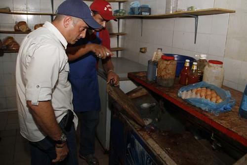 inspeccion de la dirección de ambiente de la alcaldia de maracaibo en los puestos de comida rápida de Indio Mara
