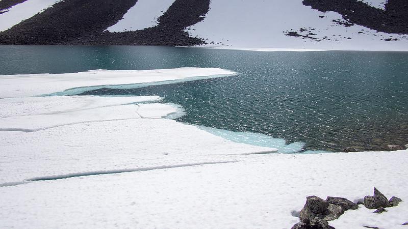 Noch etwas überfrorener See