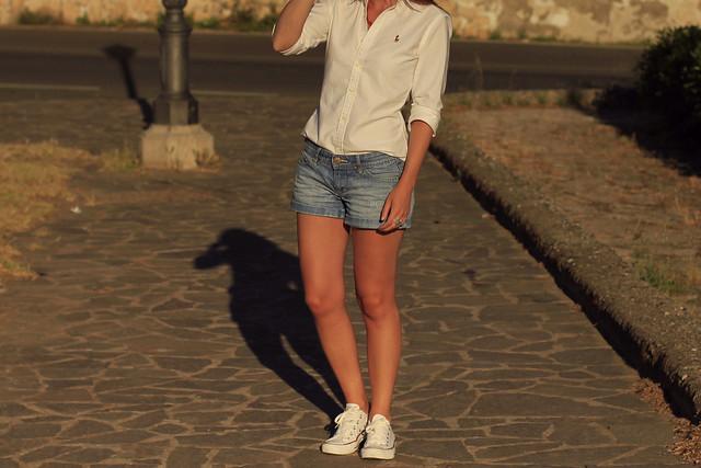 camisa blanca y shorts