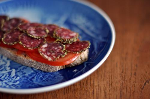 Brød med tomat og rosmarinpølse