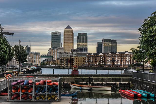 Paseo hacia Canary Wharf en Londres