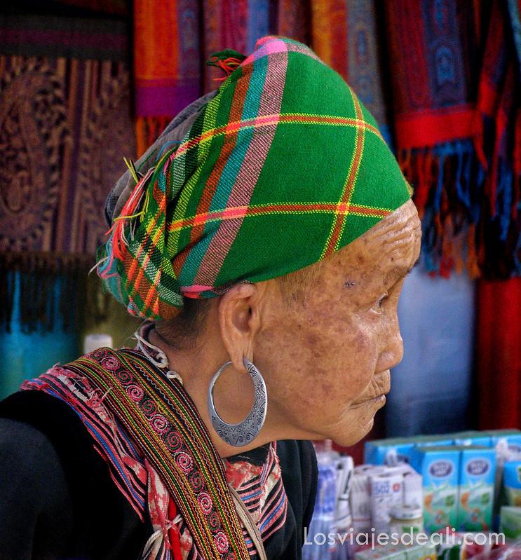 mujeres del mercado de bac ha en vietnam