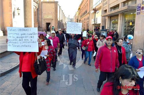 Marcha jubilados del sistema de telesecundarias, exigen el pago de sus prestaciones