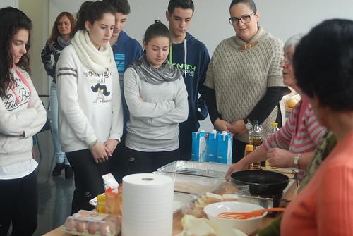 AionSur: Noticias de Sevilla, sus Comarcas y Andalucía 16687149400_c6ebb96376_d Jóvenes y mayores de Arahal comparten una mañana aprendiendo juntos Educación