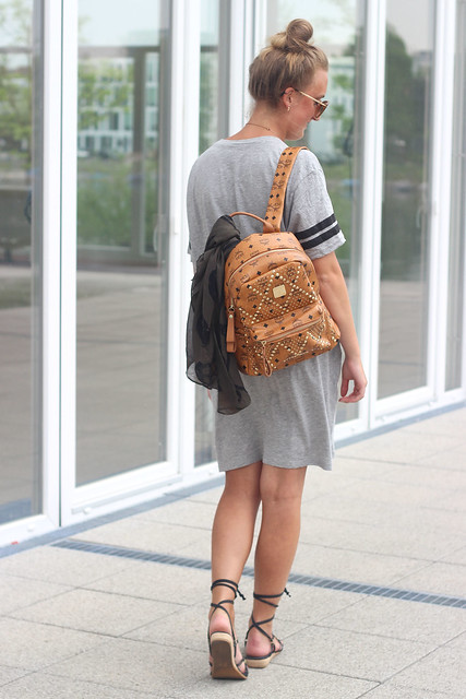t-shirt-dress-and-lace-up-sandals-wmbg-back