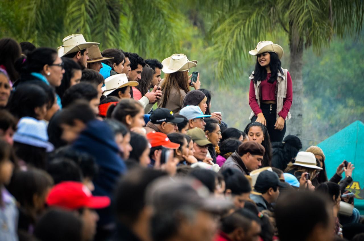 Una señorita se toma fotografías en las gradas mientras se lleva a cabo la fiesta de jineteada y rodeo en la estancia La Escondida, el domingo 26 de junio en las afueras de la ciudad de San Juan, departamento de Misiones. (Elton Núñez).