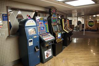 A l'intérieur du ferry, machines à sous