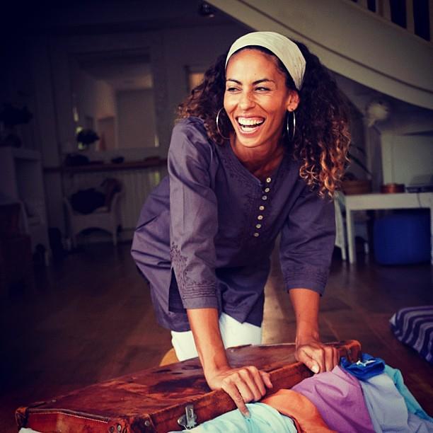 c est les vacances bianca a du mal ranger toutes ses tuniques dans sa valise elle est. Black Bedroom Furniture Sets. Home Design Ideas