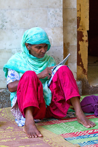 woman india color female reading sitting indian muslim islam praying streetphotography mosque holy photograph ethnic sufi cultural koran