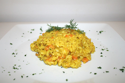 33 - Safran-Risotto mit Shrimps & Krabben - Seitenansicht / Saffron risotto with shrimps & prawns - Side view