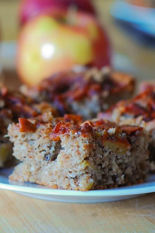 Easy apple cake - a perfect Fall recipe, nuts, pecans, cinnamon, Fall recipes, Fall desserts, Fall cakes, breakfast cake, coffee cake, Russian food blog, Russian recipes, Russian desserts