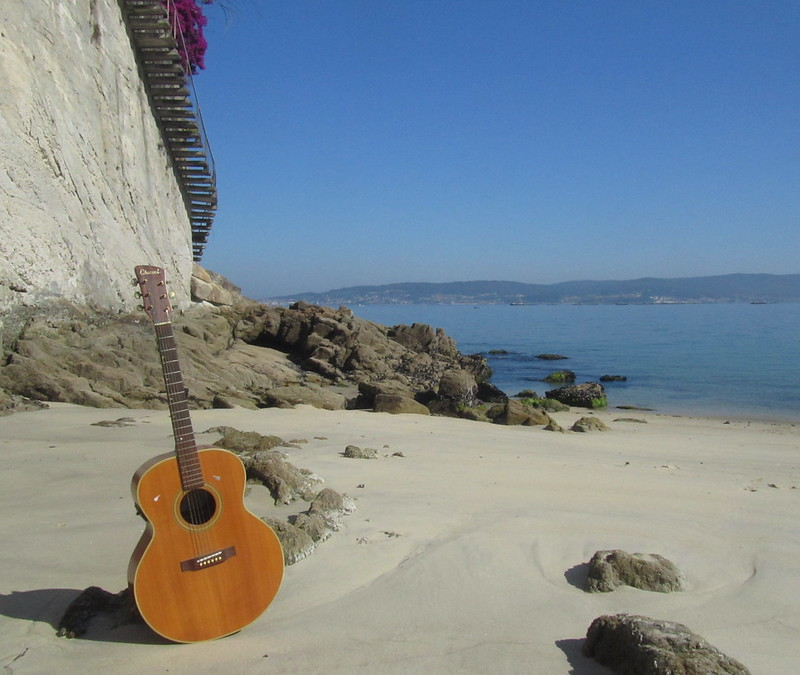 Retrato de mi guitarra en mi playa