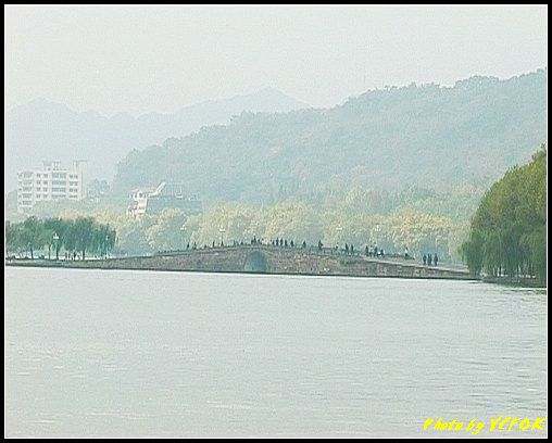 杭州 西湖 (其他景點) - 077 (湖濱路的湖畔看西湖白堤上的斷橋)