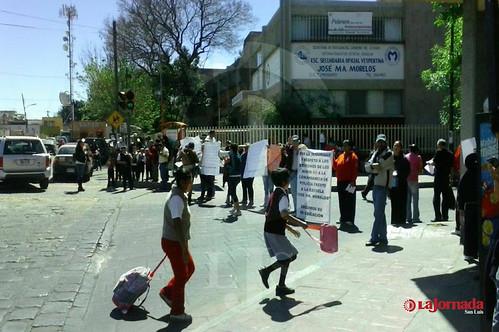 Bloquean padres de familia calle Uresti, en oposición a la sub comandancia