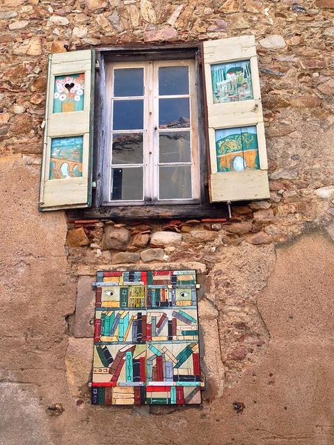 Book-themed shutters, Montolieu