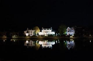 Maisons illuminées et reflets le long de la Meuse