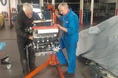 Peter Hass (li) und Olaf Beckamm bereiten den Motor des Opel Manta auf das 24- Stunden-Rennen vor