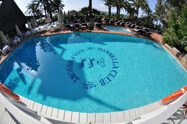 Piscina climatizada de la playa, ... además tiene una cascada de agua que hace que el entorno sea perfecto para disfutar del baño y de tomar el sol. Hotel Marbella Club, #experiencia de lujo en la Costa del Sol - 8741826844 207156aac0 z - Hotel Marbella Club, #experiencia de lujo en la Costa del Sol