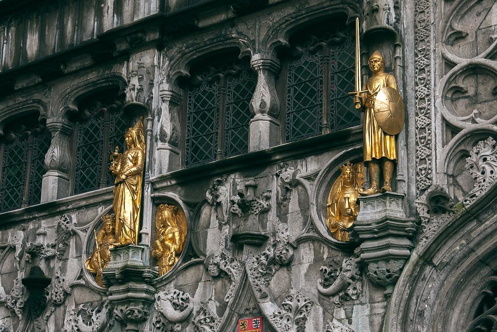 פסלים בכניסה לכנסיית הדם הקדוש